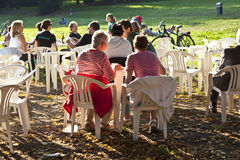 人们喜欢坐在Grueneburgpark的一家露天餐馆 库存照片