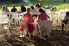 人们喜欢坐在Grueneburgpark的一家露天餐馆 免版税库存照片