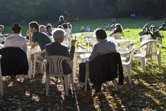 人们喜欢坐在Grueneburgpark的一家露天餐馆 库存图片