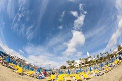 人们喜欢说谎在海滩Playa Dorada 库存照片