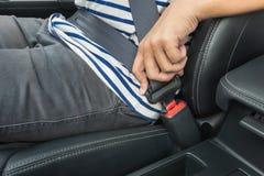 年轻人紧固在汽车的安全带 免版税库存图片