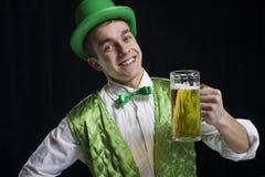 人(圣帕特里克)微笑以绿色 免版税库存图片