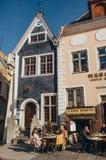 人们在一个室外咖啡馆坐市政厅广场在塔林 库存图片