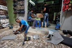 人们在一个市场上的做鞋子在Rissani,摩洛哥 图库摄影