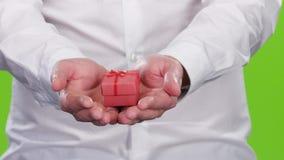人给在一个恰好被包裹的箱子的一件小礼物 股票录像