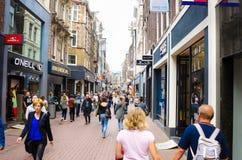人们在一个步行商店地区 免版税库存图片