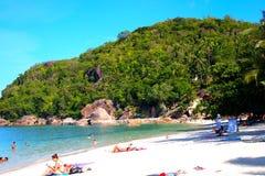人们在一个热带海滩天堂放松 图库摄影