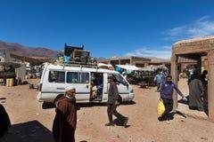 人们在一个街市上在Telouet村庄在摩洛哥的高地图集地区 图库摄影