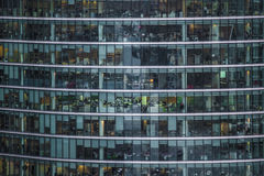 人们在一座办公楼工作在伦敦 免版税库存图片