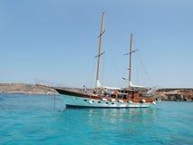 人们在一艘帆船放松在地中海在离马耳他的附近海岸  库存图片