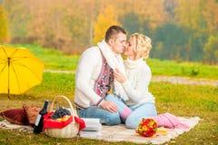 人们在一顿浪漫野餐上花费时间 免版税库存图片