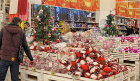 人们在买圣诞节装饰的商店 免版税库存照片
