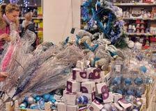 人们在买圣诞节装饰的商店 库存照片