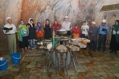 人们在亚兹德,伊朗附近出席在遥远的神圣的洞的琐罗亚斯德教的宗教仪式 库存照片