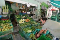 人们在伊拉克利翁,克利特卖新鲜蔬菜 库存图片