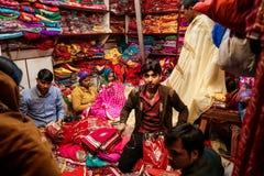 人们在传统印地安莎丽服地方纺织品商店  库存图片