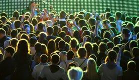 人们在体育场享受摇滚乐音乐会 免版税库存图片