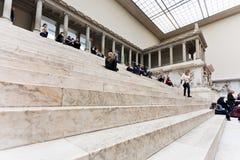 人们在佩尔加蒙博物馆的霍尔坐步 免版税图库摄影