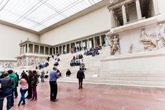 人们在佩尔加蒙博物馆,柏林大厅里  免版税库存图片