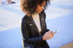 人们在使用智能手机的工作和释放与互联网的无线连接 免版税图库摄影