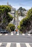 人们在俄国小山,旧金山的伦巴第街道上走 库存图片