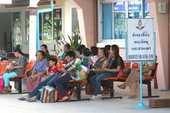 人们在修士区域等待在火车站 库存图片