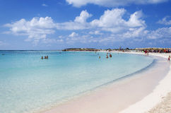 人们在克利特,希腊享受在Elafonisi海滩的一个晴天 免版税库存图片