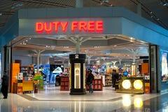 人们在免税店在北京机场 免版税图库摄影