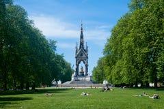 人们在公园,伦敦享受好的天气 免版税库存图片