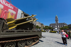 人们在军用设备的一次公开示范时在城市的中心广场 库存图片