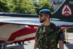 人们在军用设备的一次公开示范时在城市的中心广场 免版税库存图片