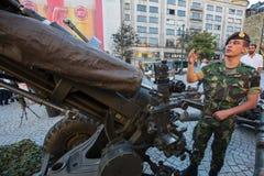 人们在军用设备的一次公开示范时在城市的中心广场 免版税库存照片
