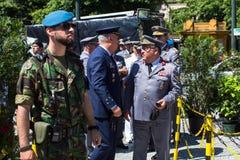 人们在军用设备的一次公开示范时在城市的中心广场 免版税图库摄影
