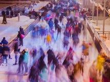 人们在冬天溜冰场的,行动迷离公园滑冰 圣诞节,体育,健康生活方式 图象 免版税图库摄影