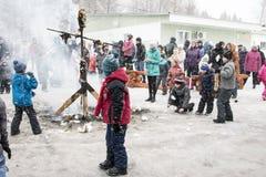 人们在冬天的结尾的庆祝时命名了Masleni 库存图片