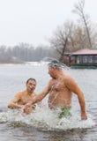 人们在冰冷的水中浸洗在突然显现庆祝时 库存图片