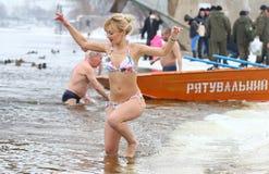 人们在冰冷的水中浸洗在突然显现庆祝时 库存照片