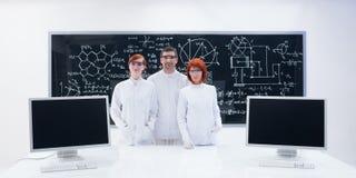 人们在化学实验室 免版税图库摄影