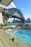 人们在北部悉尼奥林匹克水池悉尼新南威尔斯A游泳 图库摄影