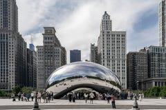人们在千禧公园想知道纪念碑豆在芝加哥,伊利诺伊,美国 免版税库存照片