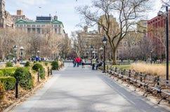 人们在华盛顿广场公园在一个晴朗的冬日 库存照片