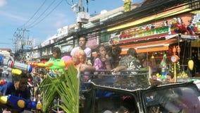 人们在卡车倾吐的水中在Songkran节日或泼水节,苏梅岛,泰国- 2017年4月13日期间 股票视频