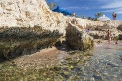 人们在古老珊瑚礁放松并且晒日光浴 免版税库存图片