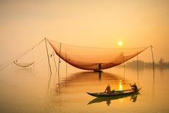 人们在古老Hoian镇去销售在Hoai河的小船在越南 免版税库存照片
