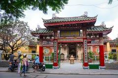 人们在古镇参观中国寺庙在会安市,越南 免版税库存照片
