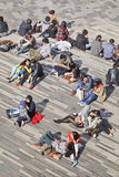 人们在商店地区享用春天太阳,北京,中国 库存图片