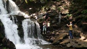 人们在喀尔巴阡山脉,乌克兰临近美丽的瀑布 影视素材