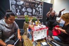 人们在国会商展中心做纹身花刺在第10次国际纹身花刺大会 图库摄影