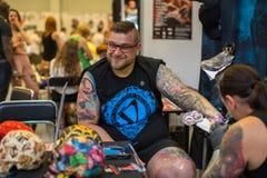 人们在国会商展中心做纹身花刺在第10次国际纹身花刺大会 免版税图库摄影