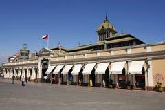 人们在圣地亚哥市前面主要市场走在圣地亚哥,智利 免版税图库摄影